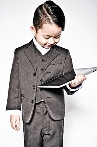 Ein Junge hält einen Tablett PC
